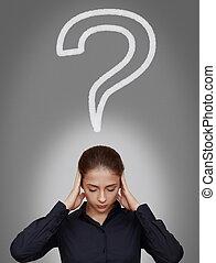 femme affaires, pensée, dur, à, question, signe, au-dessus, diriger, gris, fond