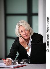 femme affaires, personne agee, travail