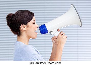 femme affaires, porte voix, par, hurlement, confiant