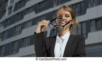 femme affaires, prendre, intelligent, fermé, lunettes