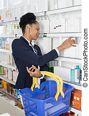 femme affaires, produits, choisir, pharmacie