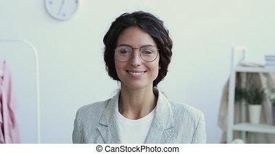 femme affaires, professionnel, appareil photo, sourire, créatif, regarder, millennial, occupation