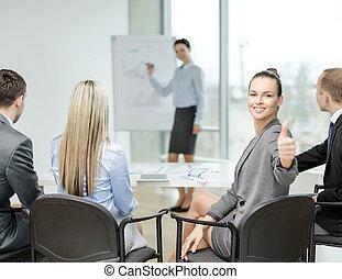 femme affaires, projection, équipe, haut, pouces