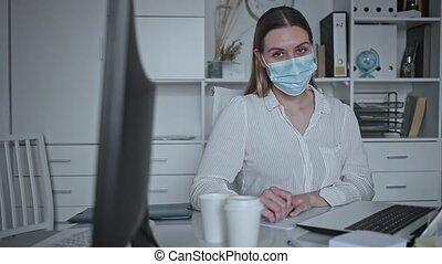 femme affaires, protecteur, jeune, conversation, bureau, masque, monde médical