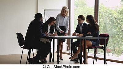 femme affaires, réunion, concentré, tenue, négocier, jeune, mûrir, collègues.