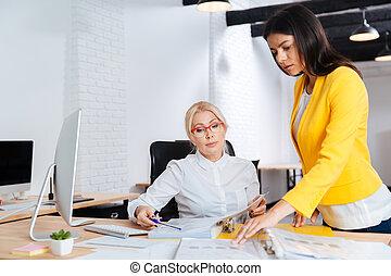 femme affaires, réunion, deux, bureau, avoir