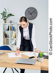 femme affaires, regarder paperasserie