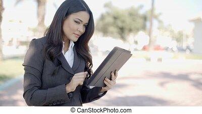 femme affaires, rue, tablette, fonctionnement