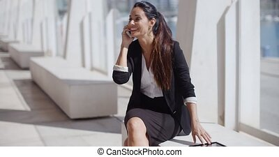 femme affaires, smartphone, jeune, elle, conversation