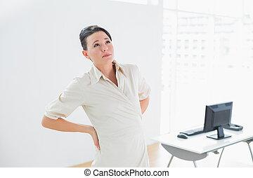 femme affaires, souffrance, dos, bureau, douleur