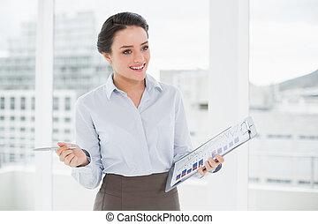 femme affaires, sourire, bureau, graphiques