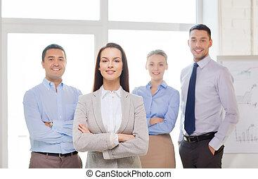 femme affaires, Sourire, dos, bureau, équipe
