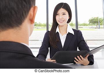femme affaires, sourire, interviewer, bureau, homme affaires