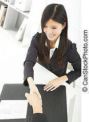 femme affaires, sourire, poignée main, bureau, homme affaires
