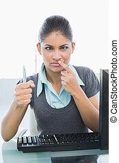 femme affaires, stylo, confondu, bureau bureau