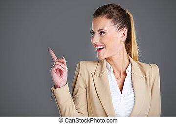 femme affaires, sur, gris, fond, pointage