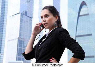 femme affaires, téléphone, à, bâtiment moderne