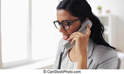 femme affaires, téléphone, bureau, appeler
