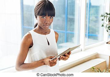 femme affaires, tenue, tablette, informatique