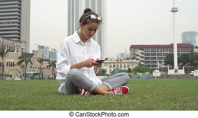 femme affaires, travail, jeune, écrire, message, smartphone