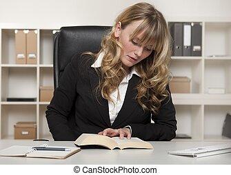femme affaires, travail, jeune, livre, lecture