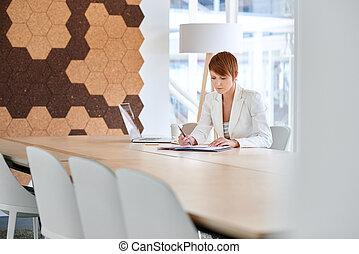 femme affaires, travailler, paperasserie, dans, moderne, bureau, salle réunion