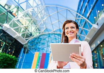femme affaires, travailler, tablette, contre, vitreux, moderne, bâtiment bureau