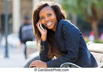 femme affaires, utilisation, africaine, intelligent, téléphone