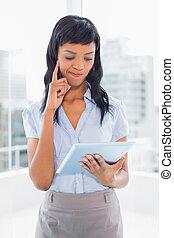 femme affaires, utilisation, confondu, pc tablette