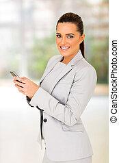 femme affaires, utilisation, jeune, intelligent, téléphone