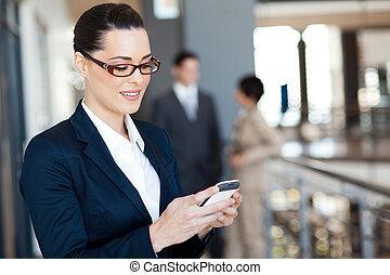 femme affaires, utilisation, joli, intelligent, téléphone