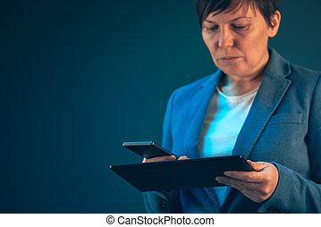 femme affaires, utilisation, téléphone portable, et, tablette, informatique