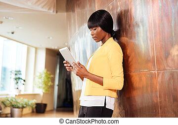 femme affaires, utilisation, tablette, informatique, dans, bureau