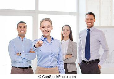 femme affaires, vous, pointage, bureau, doigt