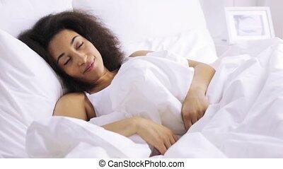 femme, africaine, lit, dormir, chambre à coucher, maison