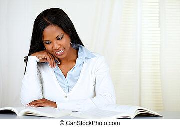 femme afro-américaine, noir, jeune, apprentissage