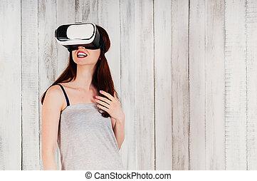 femme, agitation, porter, lunettes virtuelles, jeune, joli, réalité, sourire