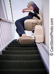 femme, aide, escalier, mobilité, séance, ascenseur, maison, personne agee