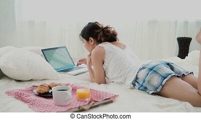 femme aide ordinateur portatif, blanc, jeune, lit, pc, brunette, computer., dactylographie, pendant, girl, home., petit déjeuner, mensonge