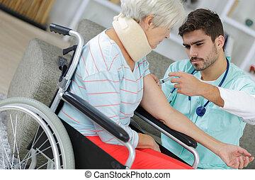 femme, aider, infirmière, maison, fauteuil roulant, personne agee