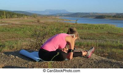 femme allonger, dehors, jeune, fitness, jambes, exercice, avant