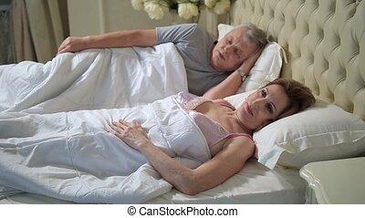 femme allonger, haut, lit, réveiller, personne agee