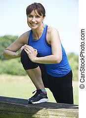 femme allonger, milieu, pendant, vieilli, exercice