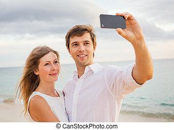 femme, amour, romantique, photo, couple, téléphone, prendre, eux-mêmes, heureux, plage, coucher soleil, intelligent, homme