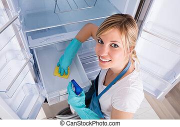 femme, angle, élevé, nettoyage, réfrigérateur, vue