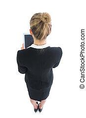 femme, angle, fonctionnement, tablette, jeune, élevé, elle, fond, blond, blanc, vue postérieure