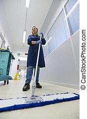 femme, angle, plancher, balai, fonctionnement, bonne, entiers, bâtiment., bas, longueur, industriel, professionnel, vue, nettoyage