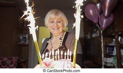 femme, anniversaire, célébrer, anniversaire, tenue, maison, personne agee, cake., heureux