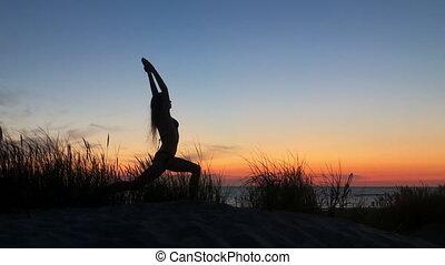 femme, anonyme, flexible, yoga, coucher soleil
