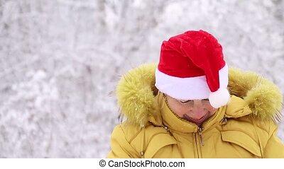 femme, appareil photo, chaud, sourires, chapeau, regarde, vêtements, santa, adulte, clair